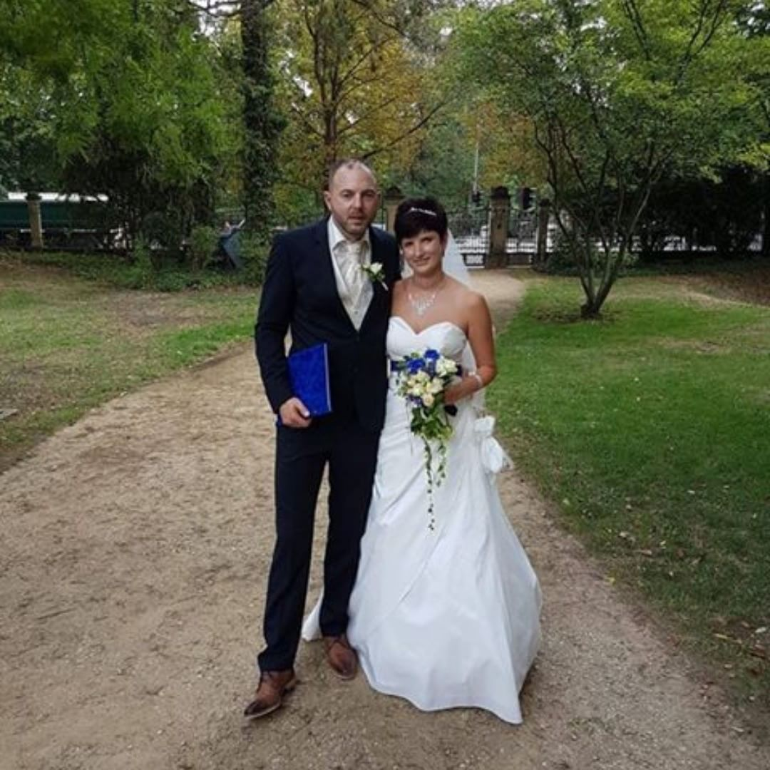 ae92518554d BrautmodeOutlet Bautzen Brautmode Outlet Brautpaar glücklich Brautkleid  Anzug